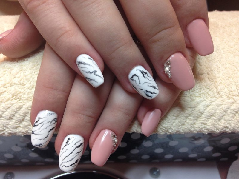Розовые ногти с эффектом мрамора