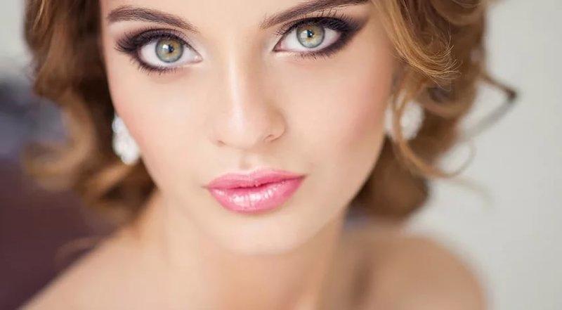 Нежный розовый макияж для зелёных глаз