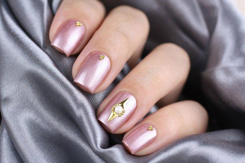Розовые ногти со втиркой и украшениями