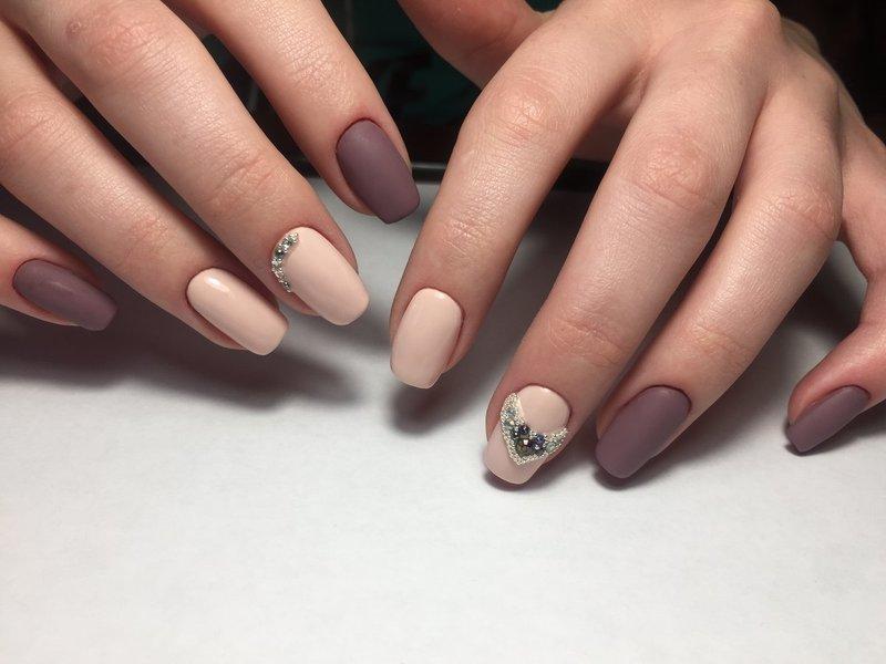 Нюдовые матовые ногти с сердцем из страз и бульонками
