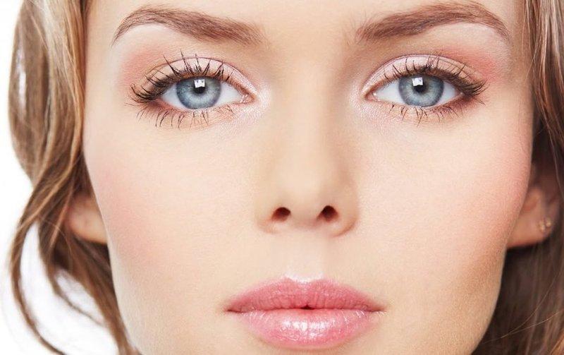 Нежно-розовый макияж для голубых глаз