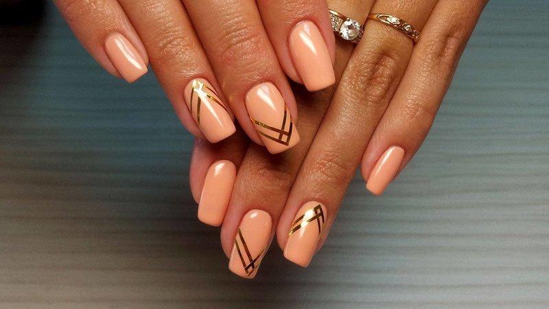 Персиковый дизайн с золотыми полосками