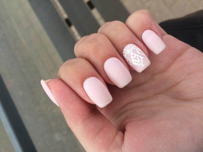 Матовый розовый нюд с белым узором