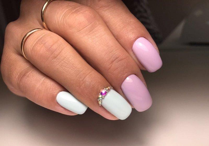Бело-розовый маникюр в стиле нюд с лункой из страз