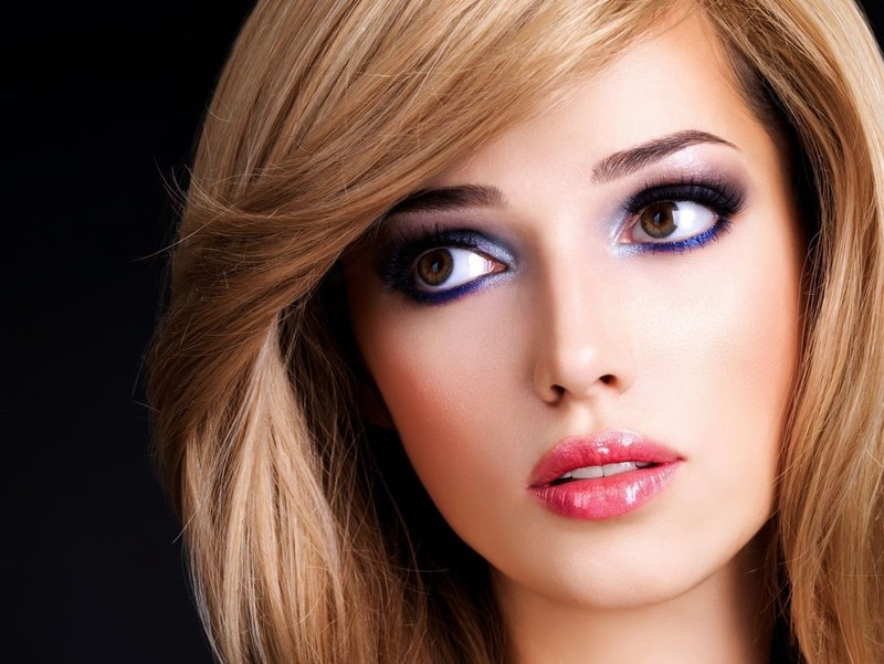 Яркий макияж для блондинок с карими глазами