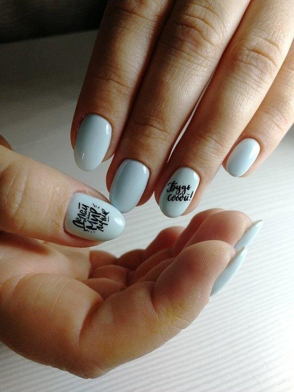 Голубые ногти с надписями