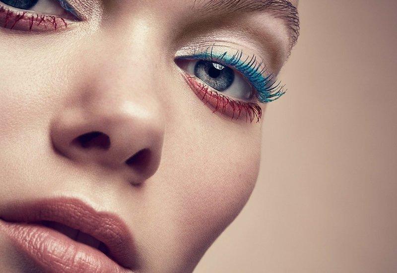Необычный асимметричный макияж с двухцветной тушью