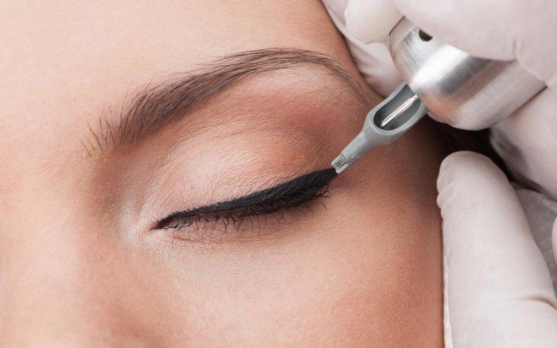 Процедура нанесения перманентного макияжа век