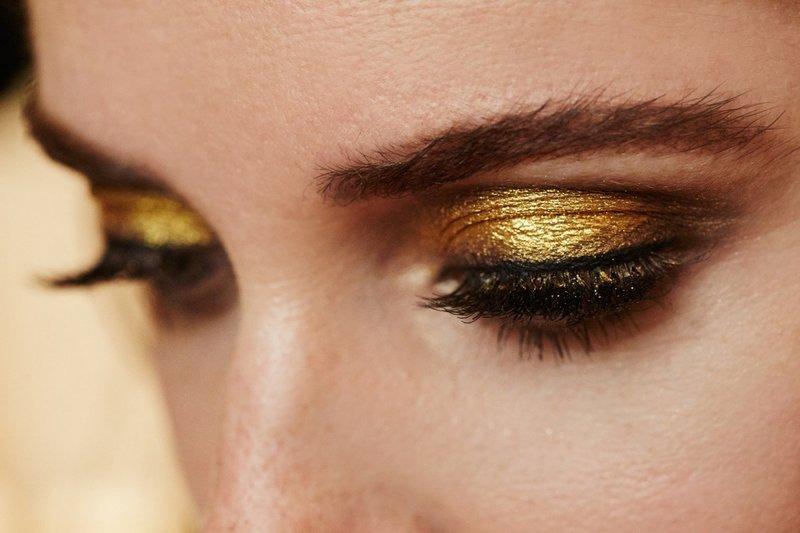 Модный мейкап с золотистым шиммером