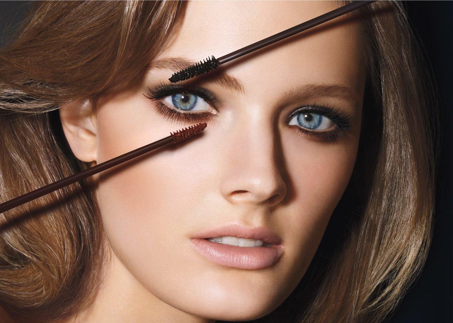 1475473231double-wear-two-tone-model_asia_only_expires_june_2012-e1543843164865 Макияж для голубых глаз (42 фото): красивый повседневный make-up для серо-голубых глаз и русых волос, нежный и яркий, пошаговые инструкции
