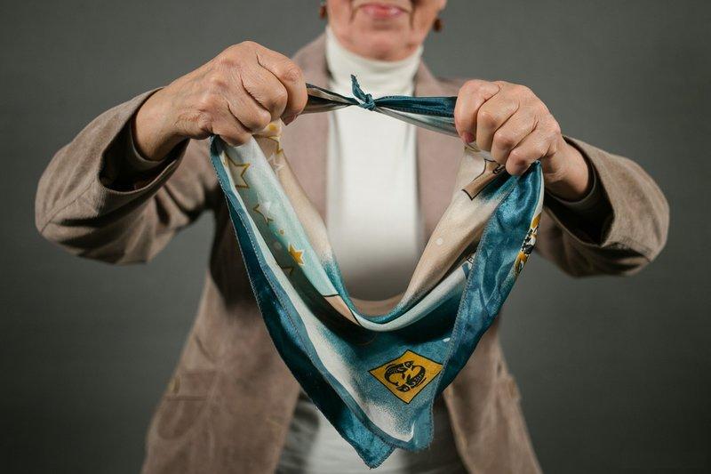 Связывание концов платка узлом