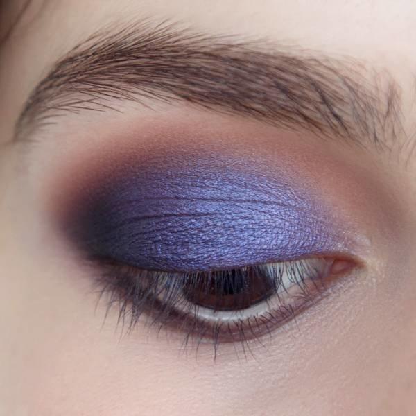 Нанесение фиолетовых теней