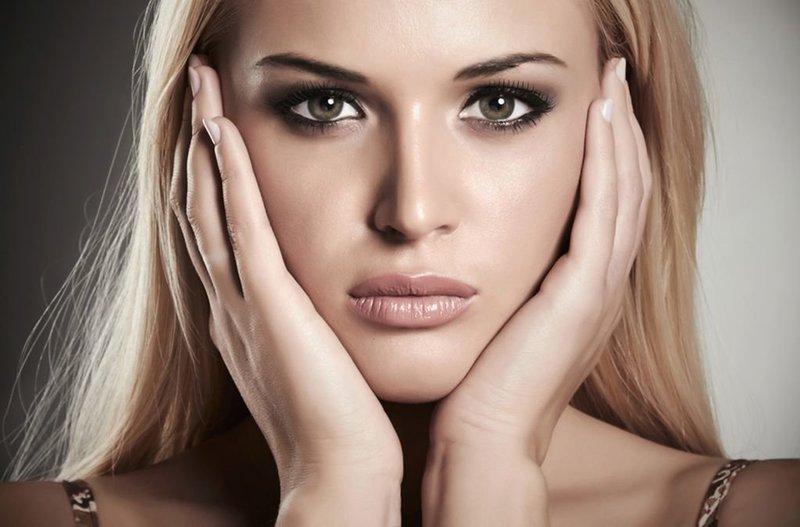 Черный макияж блондинки с карими глазами