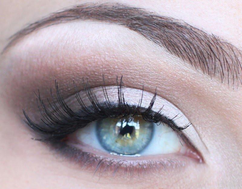 Дневной макияж со стрелками для серых глаз