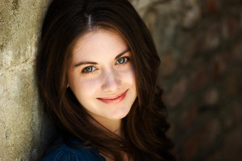 Девушка с серыми глазами, носящая дневной макияж