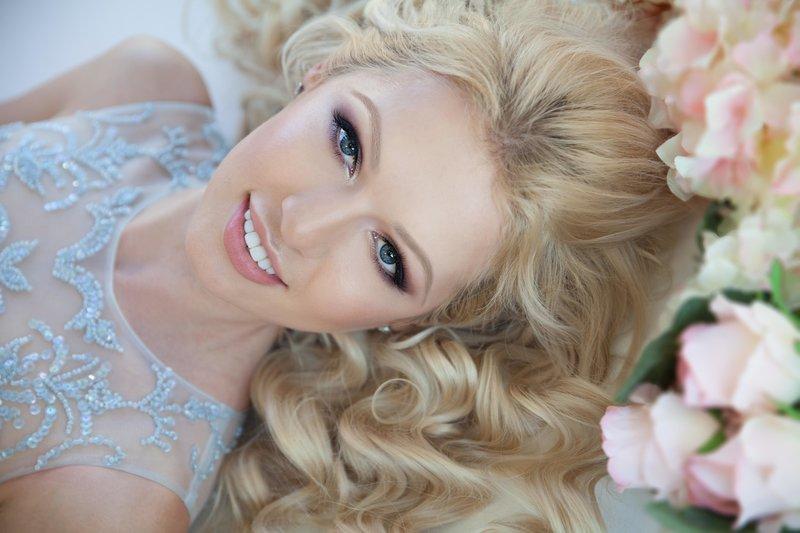 Нежно-розовый мейкап для блондинок
