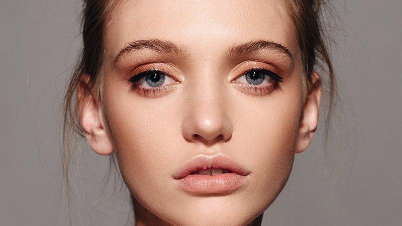 Нежный нюдовый макияж в персиковых оттенках