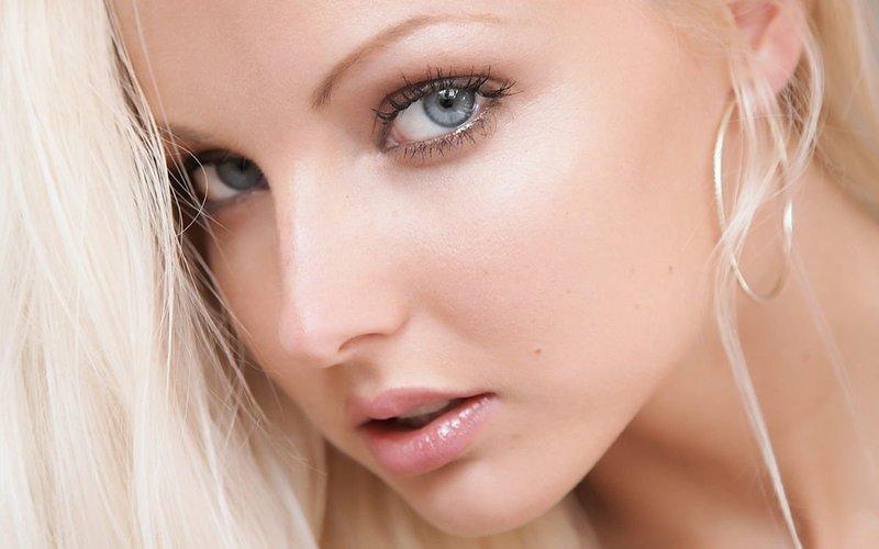 Нюдовый макияж для блондинок с серыми глазами
