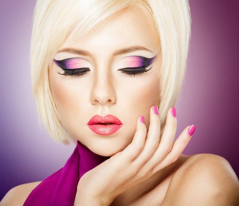 Ярко-розовый макияж со стрелками