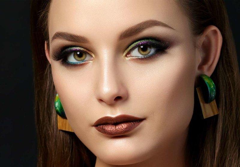 Необычный макияж с разноцветным глиттером