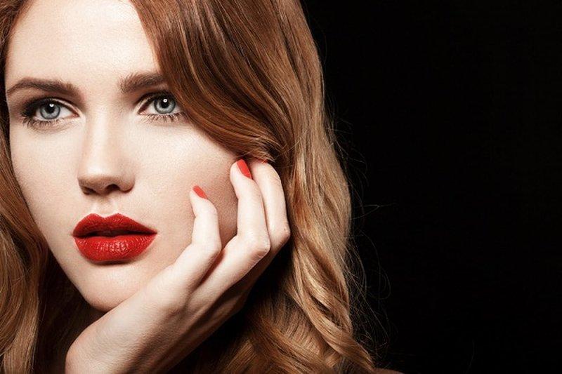 Макияж в телесных оттенках с яркими губами