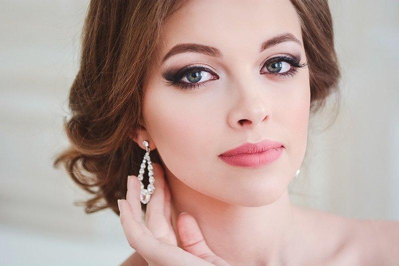 Красивый макияж для брюнеток с серыми глазами