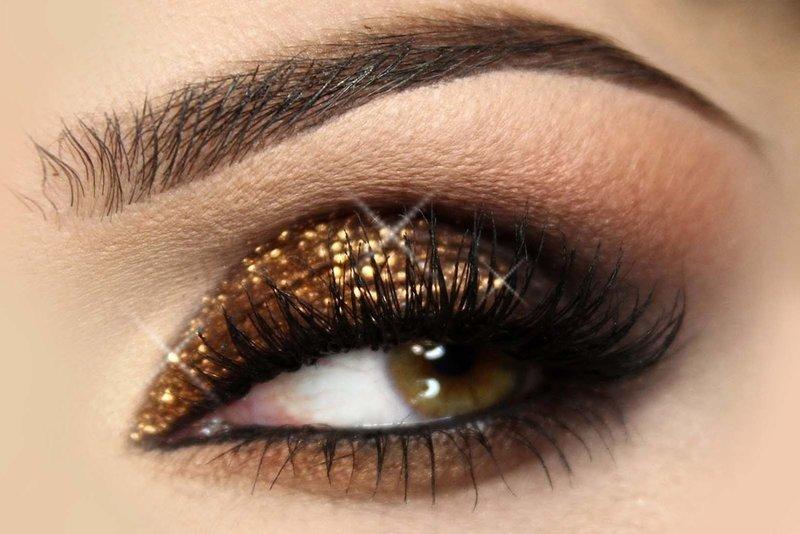 Новогодний макияж в коричневых тонах с золотым шиммером