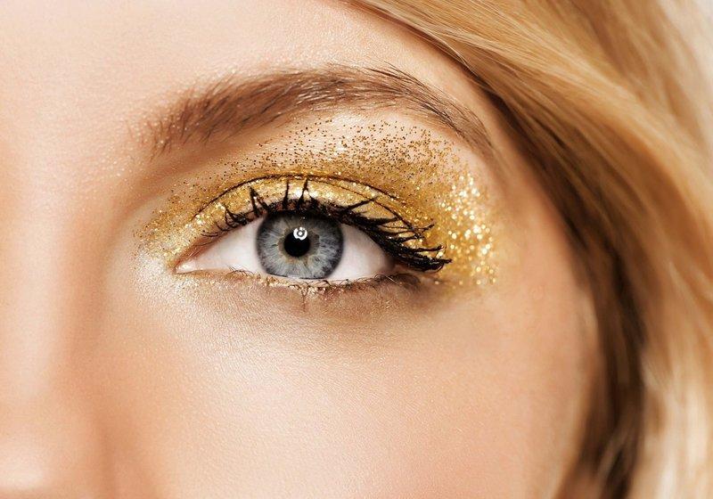 Золотистый макияж с блёстками