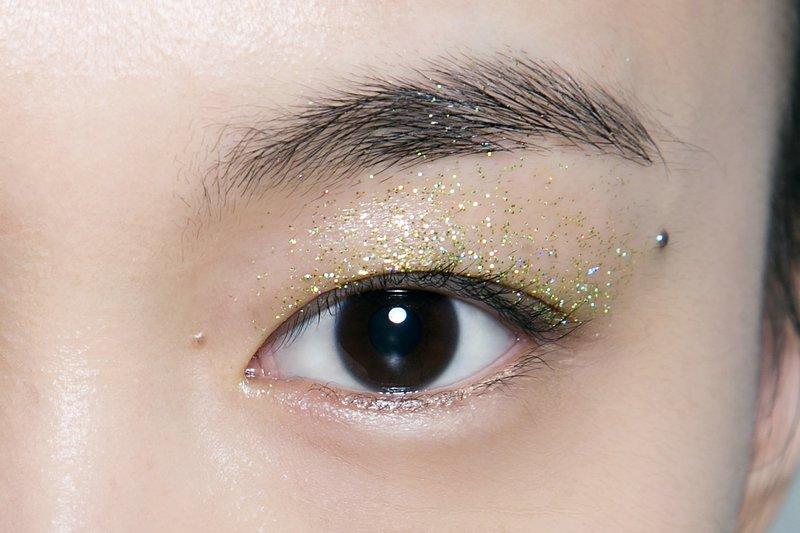 Золотистые блёстки на веках для азиатского типа лица