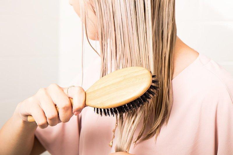 Нанесение маски с коньяком на волосы