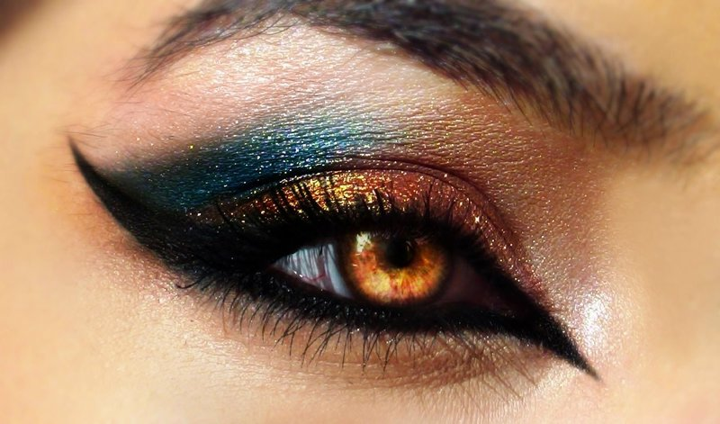 Яркий мейкап cat eye с золотыми и синими тенями