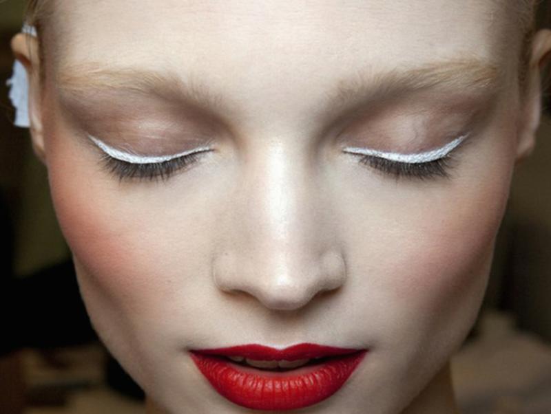 Минималистичный макияж с модными белыми стрелками и красной помадой