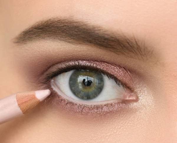 Закрашивание слизистой глаза светлым карандашом