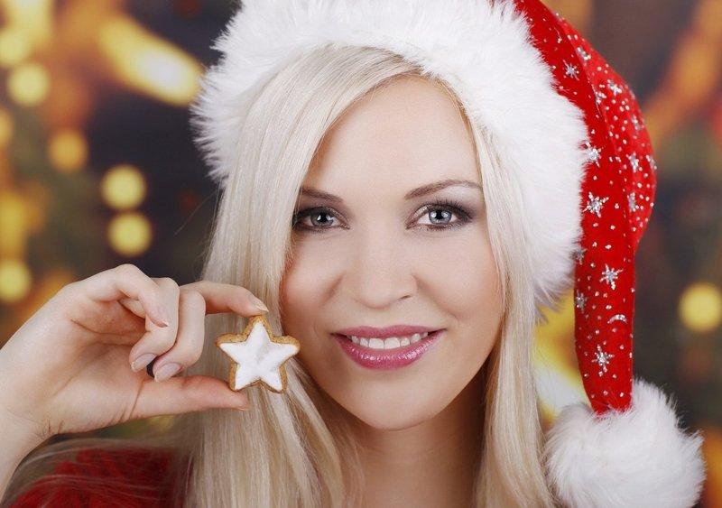 Розовый новогодний макияж для блондинок