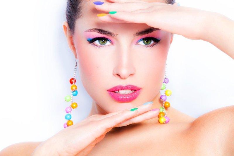Цветные стрелки смотрятся красиво при нанесении яркого макияжа