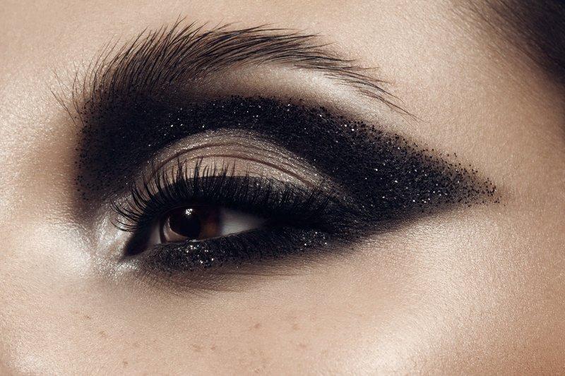 Чёрный макияж cut crease с блёстками