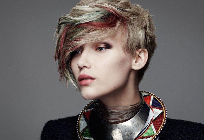 Яркая причёска для коротких волос с цветными прядями