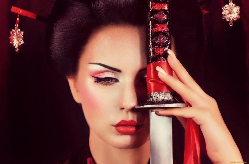 Использование сатиновых теней распахивает взгляд женщины