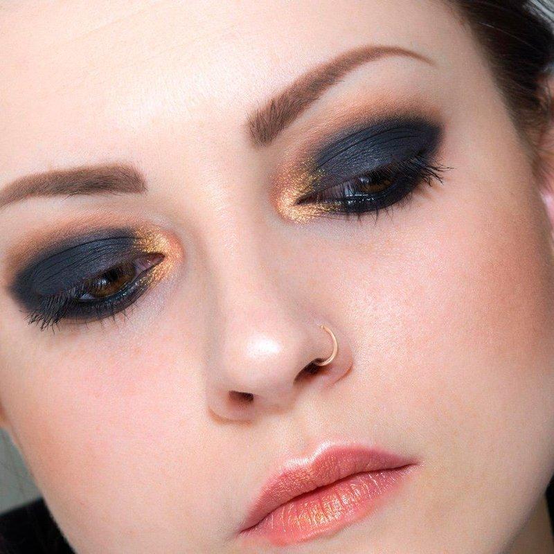 Яркие глаза подчеркивают красоту девушки