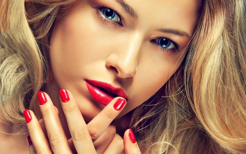 Яркий макияж с акцентом на губы