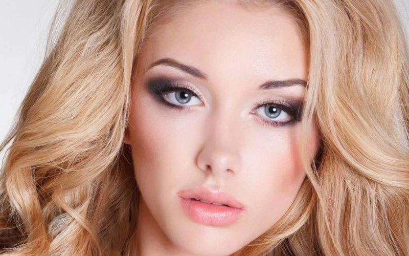 Яркий макияж для серозглазой блондинки