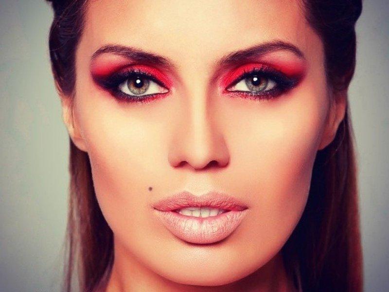 Яркий макияж с красными тенями