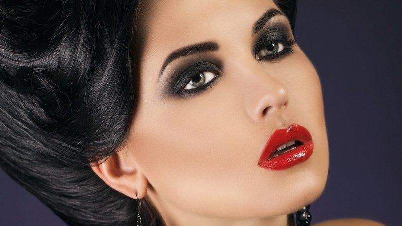 Ярко-выраженные губы украшают образ женщины