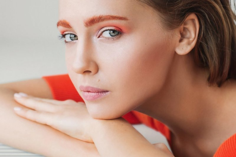 Красивый макияж с яркими бровями