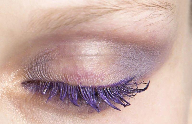 Сиреневый макияж с фиолетовой тушью