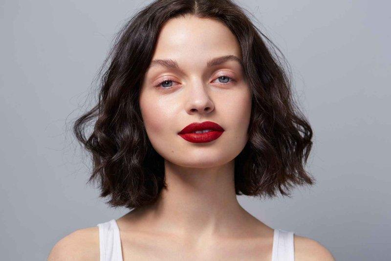 Естественный макияж с яркими губами для сероглазых брюнеток