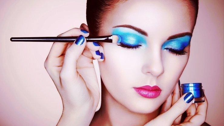 Вечерний макияж с использованием синих металлических теней