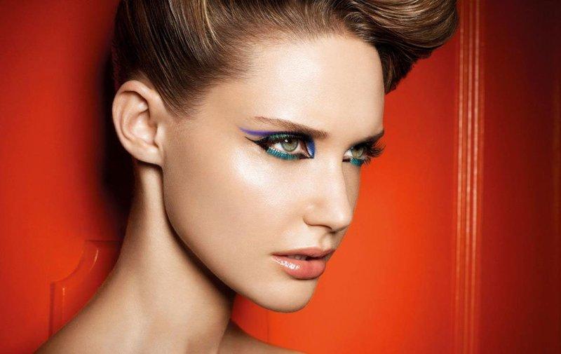 Необычный макияж с разноцветными асимметричными стрелками