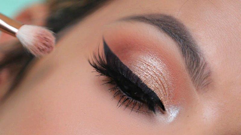 Нанесение светлых теней на внутренний уголок глаза