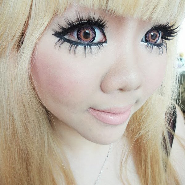 Накладные ресницы создают эффект кукольных глаз